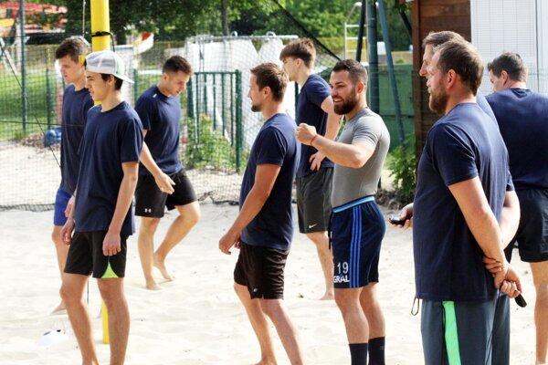 Hokejisti zatiaľ trénujú v malom počte.