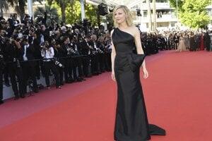 Prezidentka festivalovej poroty Cate Blanchett v čiernej elegantnej róbe počas premiéry filmu Girls of The Sun.