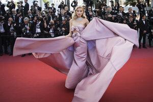 Modelka Elsa Hosk pózuje v okázalej staroružovej róbepočas premiéry filmu Girls of The Sun.