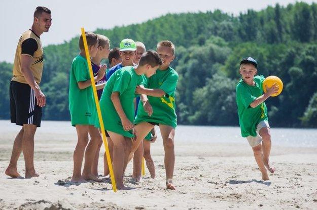 Loptové hry prebiehajú vprekrásnom prostredí pobrežia Váhu vZemnom.
