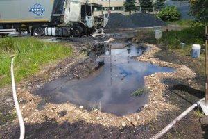 Hasiči zachytávali ropné látky.