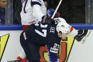 Hráč USA Anders Lee v súboji s Michalom Jordánom z Česka.