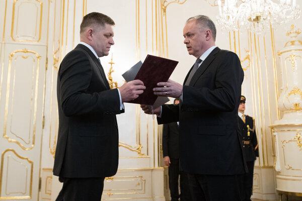 Keď expremiér Robert Fico zo Smeru dával demisiu prezidentovi Andrejovi Kiskovi, povedal mu, že nikam neodchádza. Teraz to isté hovorí prezident Kiska.