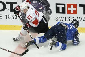 Fín Pekka Jormakka (vpravo) v súboji so Švajčiarom Kevinom Fialom.