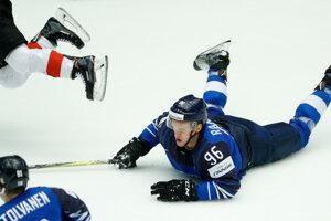 Fín Eeli Tolvanen na ľade počas zápasu.