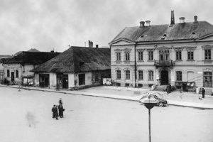 Vedľa majestátneho Glückstahlovho domu (vpravo) stáli menšie rodinné domčeky.