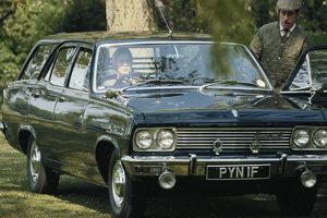 Kráľovná s manželom princom Filipom a ich Vauxhall Cresta Estate v 70. rokoch.