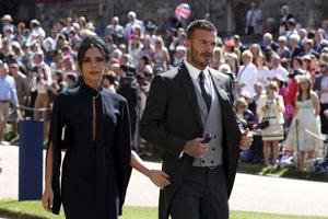 David Beckham s manželkou Victoriou prichádzajú na svadbu.