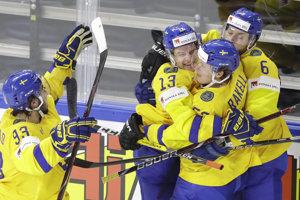 Švédski hokejisti oslavujú gól v sieti USA.