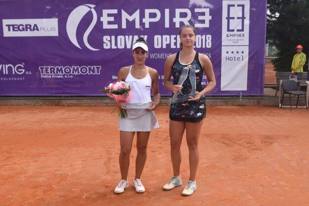 Slovenská tenistka Viktória Kužmová vyhrala nad Paraguajčankou Veronicou Cepedeovou-Roygovou (vľavo).