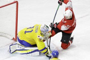 Švajčiar Nino Niederreiter sa pokúša prekonať švédskeho brankára Andersa Nilssona.