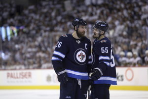 Hráči Winnipegu Blake Wheeler (vľavo) a Mark Scheifele komunikujú počas zápasu s Vegas.