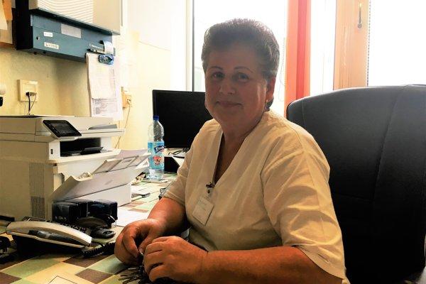 Mária Michnová. Keď začínala chodiť do školy, používali sa ešte kovové ihly, ktoré sa preplachovali striekačkou. Až neskôr sa začal používať odberový systém sjednorazovým materiálom. Onkologická ambulancia mala vtopoľčianskej nemocnici ako prvá počítač.