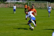 FK Turani (v oranžovom) podľahli Veľkých Bierovciam/Opatovciam na vlastnom ihrisku rozdielom triedy 0:3.