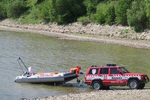 DHZ Námestovo spúšťa člna na vodu.