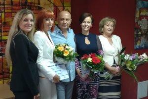 Predseda správnej rady VšNsP v Lučenci Ján Miadok uprostred ocenených sestier.