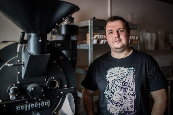 Peter Szabó praží kávu z celého sveta v rodných Šahách. Rád skúša novinky.