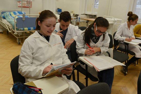 Študenti I. B triedy Strednej zdravotníckej školy sv. Bazila Veľkého v odbornej učebni počas výučby základov ošetrovania a asistencie.
