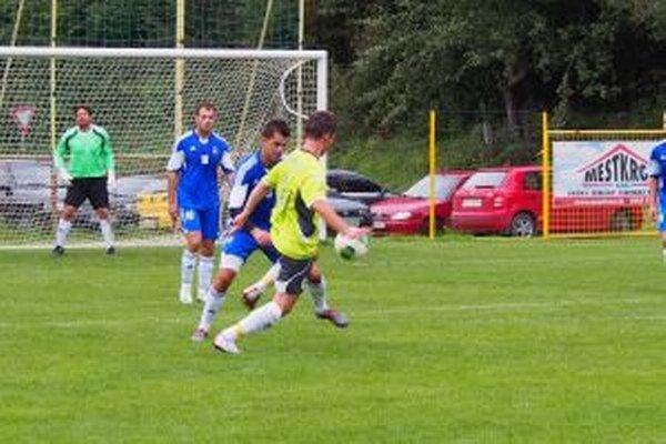 Derby medzi H. Porubou (v žltom) a Ilavou skončilo remízou.
