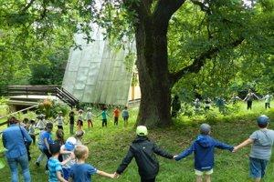 Ekohry pod chráneným dubom