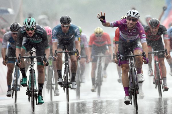 Elia Viviani sa raduje z víťazstva na etape Giro d'Italia 2018.