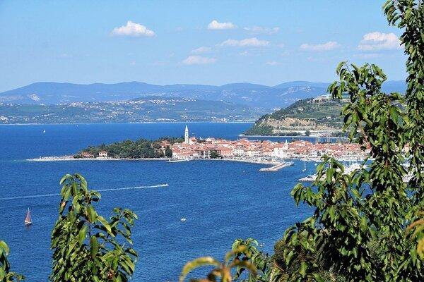 Ilustračné foto - slovinské pobrežie s mestom Izola neďaleko Koperu.