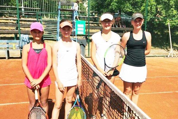 Súperky vo štvrťfinále štvorhry - zľava L. Hradecká (Nitra), Michalčíková (Topoľčany), Nádaská (J. Bohunice) a N. Vighová (Nitra).