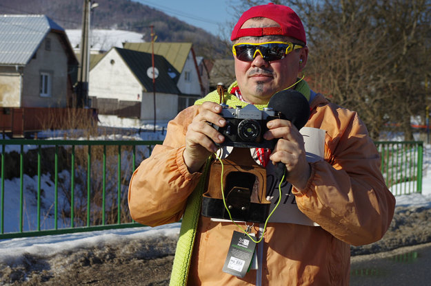 V sprievode masiek môžete uzrieť aj tohto zúrivého reportéra, alebo ...