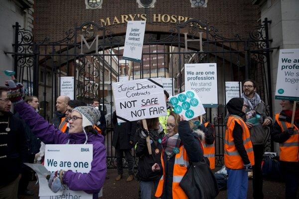 Protestujúcich lekárov podporili v štrajku aj ďalší zdravotnícki pracovníci.