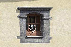 Na snímke okno na jednej z budov na Stöcklovej ulici v Bardejove.