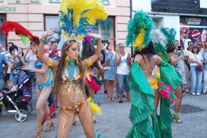 Počas jedného z minulých ročníkov festival vyvrcholil exotickým sprievodom bubeníkov a tanečníc pešou zónou.