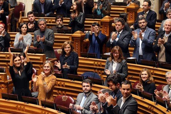 Potlesk členov portugalského parlamentu. Išlo o reakciu na schválenie vetovaného zákona, ktorý povoľuje adopcie homosexuálnym párom