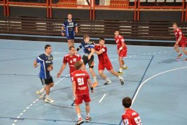 Hráči Pov. Bystrice (v červenom)si zahrali aj proti Karvinej.