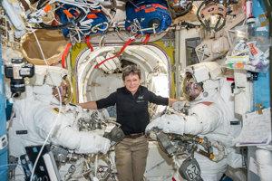 Astronautka Peggy Whitsonová (v strede) s astronautmi Thomasom Pesquetom (vľavo) a Shaneom Kimbroughom (vpravo) pred ich výstupom do otvoreného vesmíru.