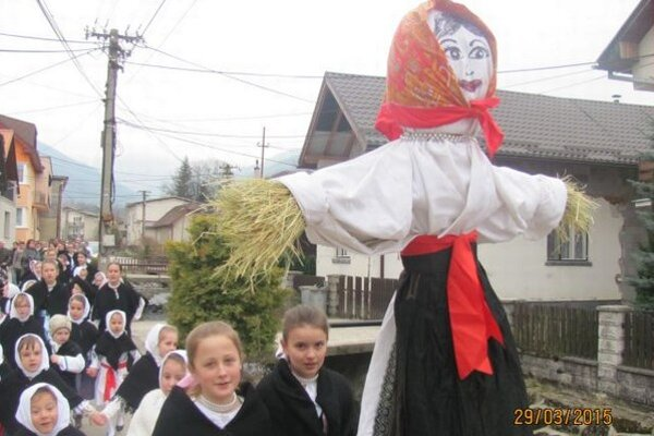 Vynášanie Moreny v obci Krasňany.