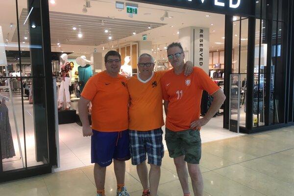 Fanúšikovia Holandska v Trnave - zľava Marcel, Gert a Fienus.