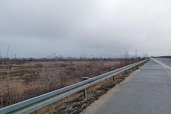Nový závod chcú postaviť v Beluši na týchto pozemkoch.