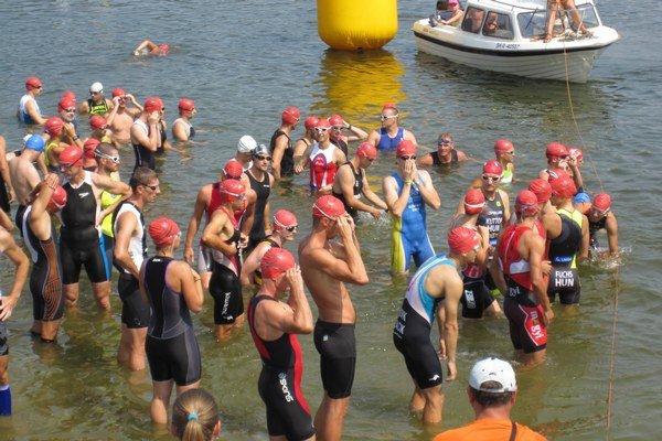 Pretekári pripravení na štart plaveckej časti triatlonu.