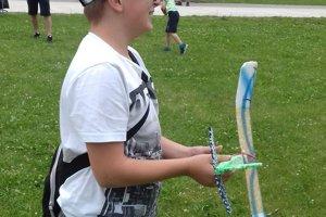 Školák Filip sa najviac potešil modelu lietadla.