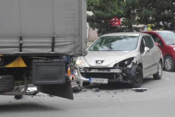 Dopravná nehoda si zranenie osôb nevyžiadala.