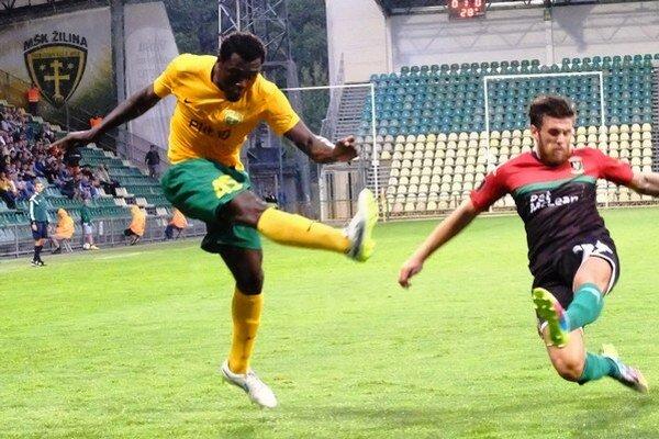 V Podbrezovej otváral skóre netradičný strelec- obranca Mabouka (vľavo).
