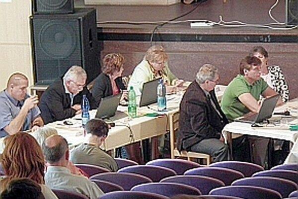 Poslanci na zastupiteľstve prerokovávali hospodárenie mesta.
