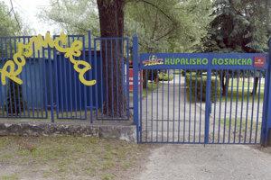 Letné kúpalisko Rosnička s troma bazénmi je medzi mestskými časťami Dúbravka a Karlova Ves. Obkolesuje ho zeleň okolitých lesov a záhrad.