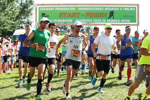 Štart polmaratónu. V strede s číslom 344 Gabriel Švajda.