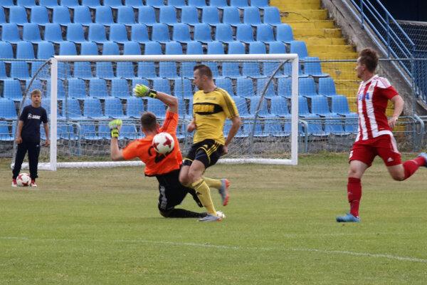 Kanonier FK Košice R. Bandžuch (v žltom) sa proti Stropkovu pochlapil, strelil všetky tri góly.