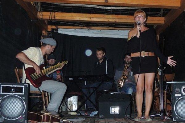 Koncert speváčky a hudobníčky Petry Čorňákovej a jej hostí pod názvom Mnoho tvárí začne v Literárnej kaviarni Viola v piatok o 19. hodine.
