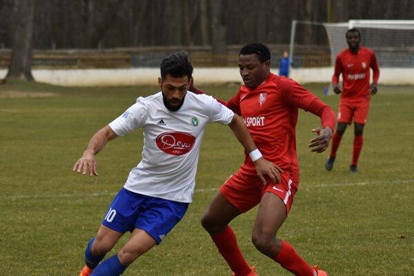 Najlepším strelcom Slavoja vnováčikovskej sezóne bol 9-gólový Brazílčan Lopez Da Silva Junior (vľavo).