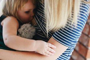 Tričko na dojčenie. Tričká špeciálne prispôsobené potrebám dojčiacich žien sú praktické a veľmi populárne darčeky. Deti sa vďaka nim môžu dojčiť bez toho, aby sa matka musela vyzliekať.