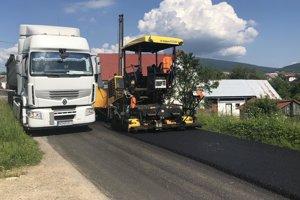 Oprava cesty medzi dvoma dedinami.