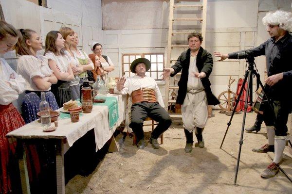 Rozprávku natáčali herci levických divadelných súborov.